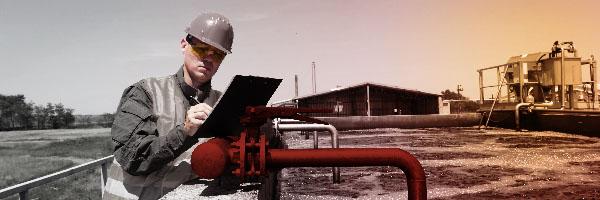 Ingenieur, der eine Rohrleitung überwacht